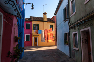 Narrow alley with colourful facades and clothes on washing line in Venice, Italy.の写真素材 [FYI02258353]