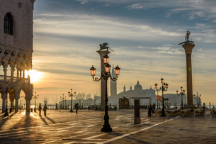 View across St Mark's Square, Venice, Italy, at sunrise.の写真素材 [FYI02258469]