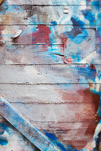 Close up of blue, red and brown paint wooden wall.の写真素材 [FYI02258576]