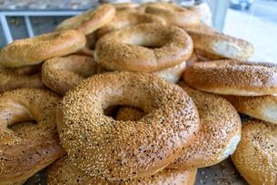 Close up of bagel shaped sesame seed bread in Jordan.の写真素材 [FYI02258751]