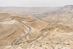 Aerial view of country road winding through the Jordanian desert wilderness, Jordan.の写真素材 [FYI02258952]