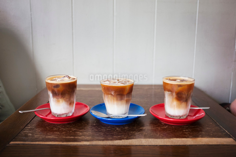 Close up of three iced coffees in glasses on a table.の写真素材 [FYI02259503]