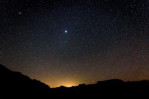 Stars across the sky in the Wadi Rum desert wilderness in southern Jordan at night.の写真素材 [FYI02259541]