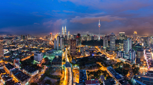 Cityscape of Kuala Lumpur, Malaysia at dusk, with illuminated Petronas Towers and communication toweの写真素材 [FYI02259760]