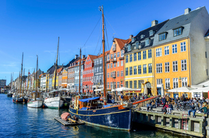 Nyhavn, the 17th century waterfront with row of colourful historic buildings, promenade and moored sの写真素材 [FYI02259881]