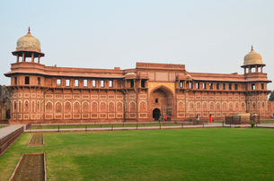 Exterior view of the Jahangir Palace inside the 16th century Red Fort in Agra, India.の写真素材 [FYI02259921]