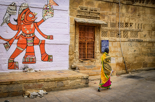 Drawing of Hindu deity on a wall, Hill Forts of Rajasthan in Jaisalmer, India.の写真素材 [FYI02259937]