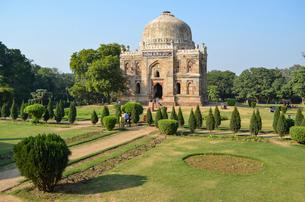 Exterior view of Shish Gumbad tomb, Lodi Garden, Delhi, India.の写真素材 [FYI02259946]