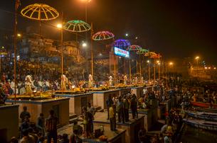 Crowds celebrating Diwali near the Ganges at Varanasi, India.の写真素材 [FYI02260021]