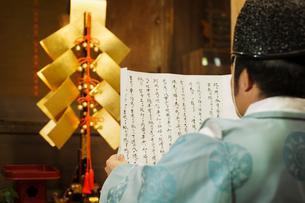 Rear view of priest holding scroll at Shinto Sakurai Shrine, Fukuoka, Japan.の写真素材 [FYI02260212]