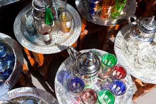 High angle close up of Pots of mint tea & glasses at a traditional North African market.の写真素材 [FYI02260285]
