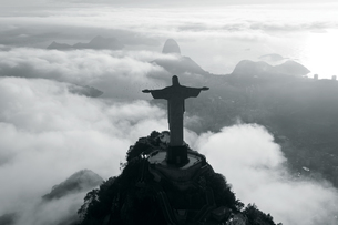High angle view of colossal Christ Redeemer statue surrounded by clouds, Corcovado, Rio de Janeiro,の写真素材 [FYI02260294]