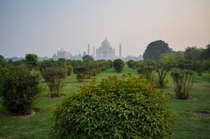 Exterior view of the Taj Mahal palace and mausoleum, a UNESCO world heritage site, roofline silhouetの写真素材 [FYI02260389]