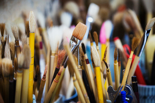 Close up of a selection of paintbrushes in a Japanese porcelain workshop.の写真素材 [FYI02260427]