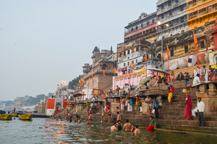 Crowds on the riverbank of the Ganges in Varanasi, India.の写真素材 [FYI02260510]