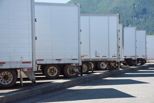 Trailers lined up in a truck stop parking lot.の写真素材 [FYI02260556]