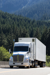 Commercial truck on a highway in the mountains east of Seattle, Washington USAの写真素材 [FYI02260558]