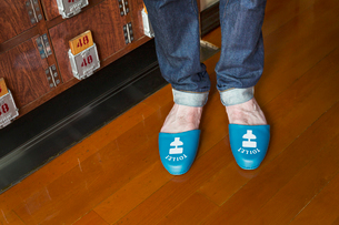 A person wearing Toilet slippers, plastic shower slippers on his feet.の写真素材 [FYI02260567]