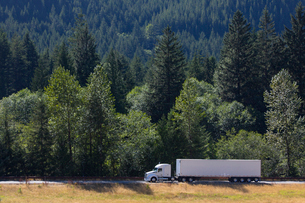 Commercial truck on a highway in the mountains east of Seattle, Washington USAの写真素材 [FYI02260610]