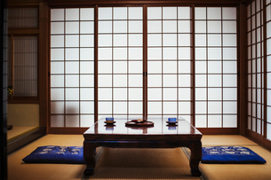 Traditional Japanese interior with low table set with bowls of tea.の写真素材 [FYI02260678]