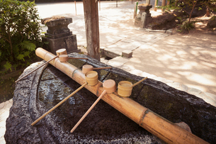 Close up of bamboo water hand washing basins at Shinto Sakurai Shrine, Fukuoka, Japan.の写真素材 [FYI02260701]
