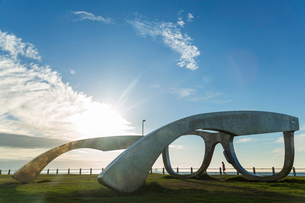 Giant sculpture of a pair of spectacles on a lawn, promenade along ocean in the background.の写真素材 [FYI02260727]