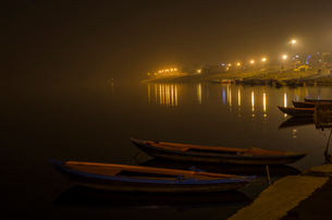 Boats moored at night on the Ganges at Varanasi, India.の写真素材 [FYI02260733]