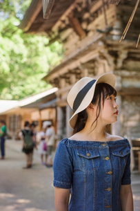 Young woman wearing blue dress and hat at Shinto Sakurai Shrine, Fukuoka, Japan.の写真素材 [FYI02260770]