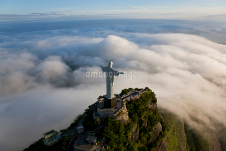 High angle view of colossal Christ Redeemer statue surrounded by clouds, Corcovado, Rio de Janeiro,の写真素材 [FYI02261056]