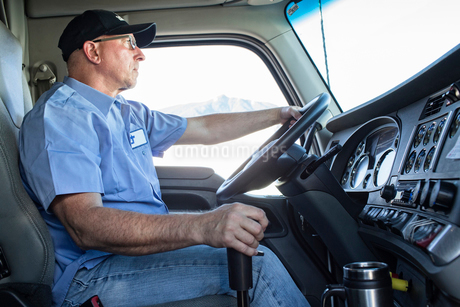Caucasian man truck driver in the cab of his commercial truck.の写真素材 [FYI02261082]