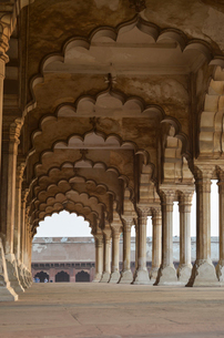 Exterior view of 16th century colonnade at the Red Fort in Agra, India.の写真素材 [FYI02261125]