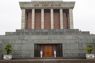 Exterior view of facade of the Ho Chi Minh mausoleum in Hanoi, Vietnam, two soldiers in white uniforの写真素材 [FYI02261242]