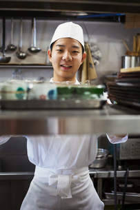 Chef working in the kitchen of a Japanese sushi restaurant.の写真素材 [FYI02261247]