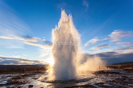 Landscape with active geyser erupting in the foreground.の写真素材 [FYI02261316]