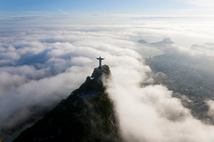 High angle view of colossal Christ Redeemer statue surrounded by clouds, Corcovado, Rio de Janeiro,の写真素材 [FYI02261409]