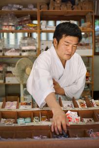 Salesman wearing white kimono at Shinto Sakurai Shrine, Fukuoka, Japan.の写真素材 [FYI02261482]