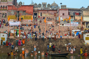 Crowds on the riverbank of the Ganges in Varanasi, India.の写真素材 [FYI02261564]