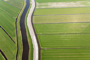 Aerial view of canal and dyke running through reclaimed low-lying agricultural land.の写真素材 [FYI02261703]