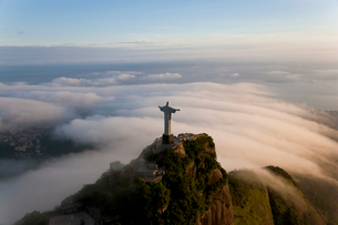 High angle view of colossal Christ Redeemer statue surrounded by clouds, Corcovado, Rio de Janeiro,の写真素材 [FYI02261711]