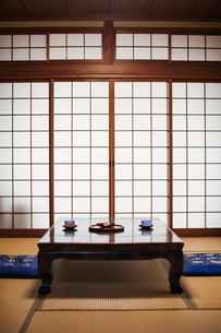 Traditional Japanese interior with low table set with bowls of tea.の写真素材 [FYI02261783]