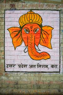 Close up of drawing of Hindu deity Ganesha in Varanasi, India.の写真素材 [FYI02261798]