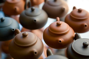 High angle close up of traditional brown clay teapots.の写真素材 [FYI02261806]