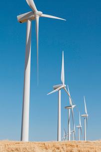 Tall wind turbines in open country farmland in Washington.の写真素材 [FYI02261810]