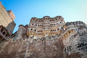 Low angle view of the 15th century Mehrangarh Fortress, Jodhpur, India.の写真素材 [FYI02261825]