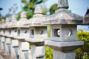 Close op of sculptural stone pillars, Japanese shinto shrine.の写真素材 [FYI02261844]