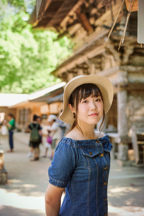 Young woman wearing blue dress and hat at Shinto Sakurai Shrine, Fukuoka, Japan.の写真素材 [FYI02261947]
