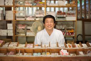 Salesman wearing white kimono at Shinto Sakurai Shrine, Fukuoka, Japan.の写真素材 [FYI02261984]