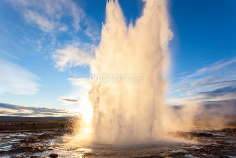 Landscape with active geyser erupting in the foreground.の写真素材 [FYI02262025]