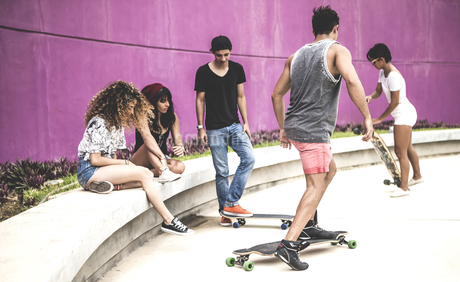A group of young skateboarders in a skate park.の写真素材 [FYI02262099]