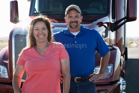 Portrait of a Caucasian husband and wife driving team with their  commercial truck.の写真素材 [FYI02262122]
